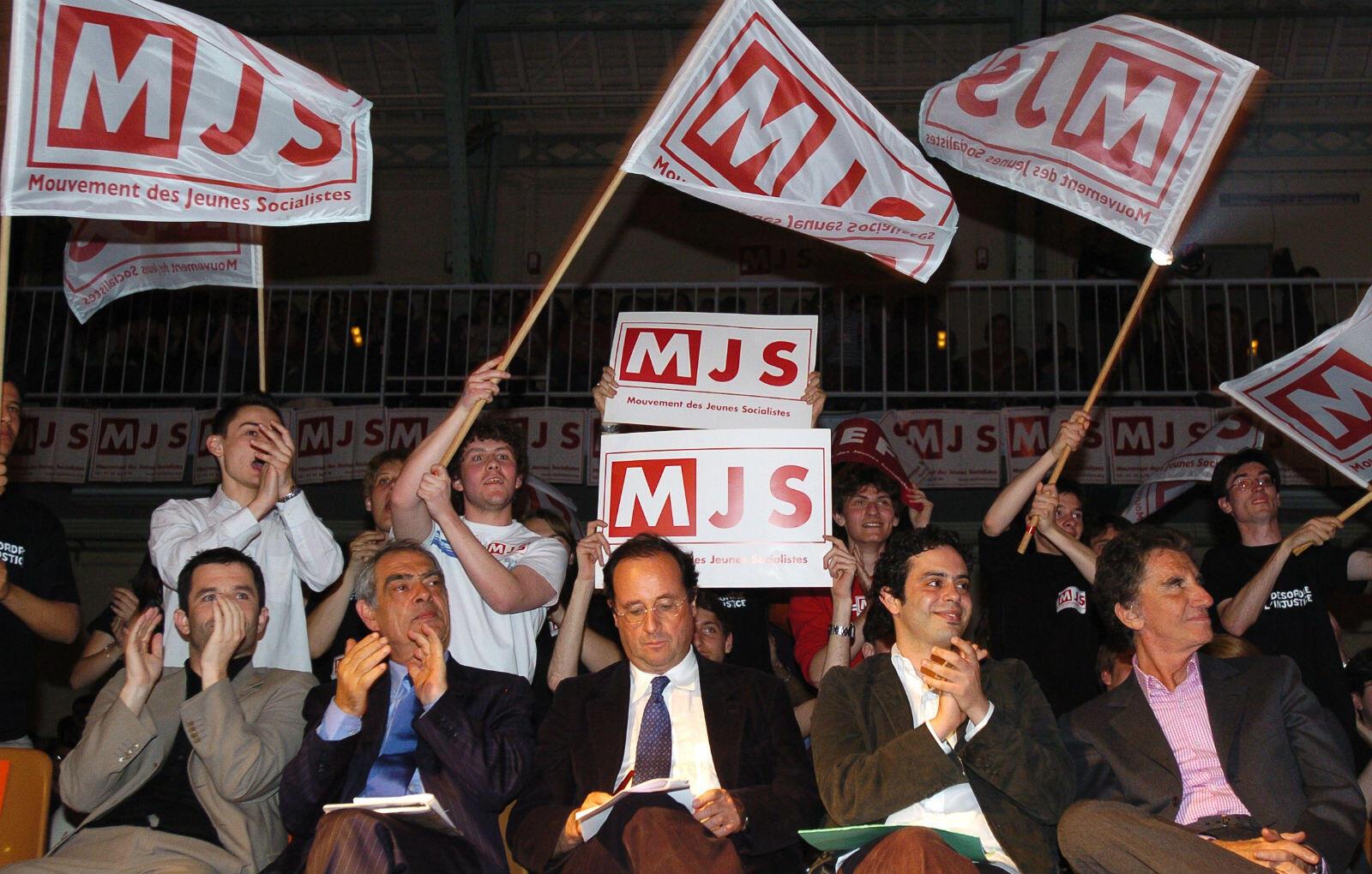 Fer de lance du mouvement des jeunes socialistes (MJS), il tente de s'imposer, mais il reste dans l'ombre des ténors, comme ici en 2006 aux côtés de Hollande et Emmanuelli.