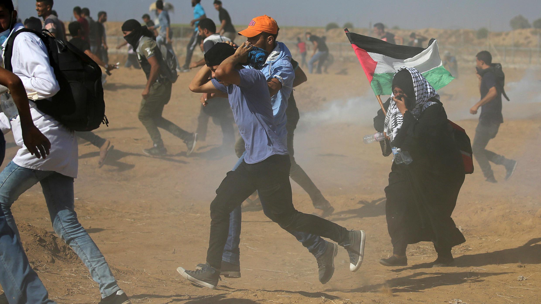 Las tropas israelíes dispararon gases lacrimógenos hacia los manifestantes palestinos que protestaban en la frontera entre Gaza e Israel. Agosto 17, 2018.