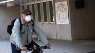En esta foto de archivo tomada el 15 de abril de 2020, un hombre monta una bicicleta más allá de la sede del Grupo del Banco Mundial.