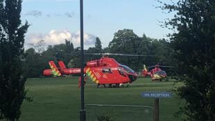 Des hélicoptères des secours se posent dans le parc de Forbury à Reading pour venir en aide aux nombreux blessés de l'attaque au couteau, le 20 juin 2020.