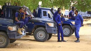 عناصر من الأمن السوداني خارج مقر محكمة في الخرطوم سيمثل أمامها الرئيس السابق عمر البشير في 21 تموز/يوليو 2020
