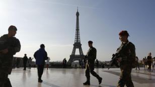 Des militaires français patrouillant devant la tour Eiffel en avril 2017.