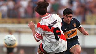 Maradona disputa un balón ante Eduardo Berizzo. 25/10/1997