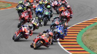 El español Marc Márquez lidera el pelotón de pilotos tras la salida del Gran Premio de Alemania de MotoGP disputado el 7 de julio de 2019 en el circuito de Sachsenring