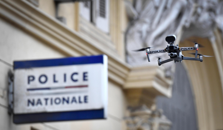 Un drone de la police survole le marché des Capucins à Marseille, le 24 mars 2020