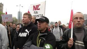 Des manifestants polonais opposés à l'accueil de migrants dans leur pays, samedi 12 septembre 2015, à Varsovie.