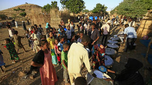 لاجئون إثيوبيون يصطفون للحصول على أطعمة في مركز إيواء في القضارف بشرق السودان في 21 تشرين الثاني/نوفمبر 2020