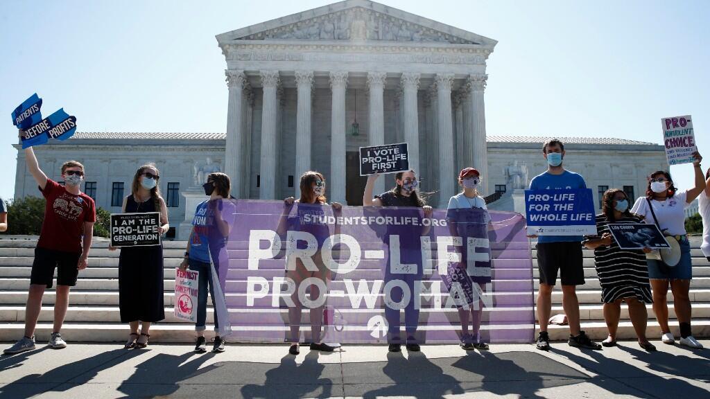 Varios manifestante antiaborto se manifiestan frente al Tribunal Supremo de Estados Unidos contra la decisión tomada por los jueces. Washington D. C., Estados Unidos, 29 de junio de 2020.