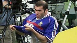 Le fameux maillot porté par Zinédine Zidane en première mi-temps de la finale du Mondial-1998.