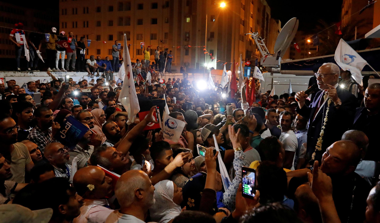 راشد الغنوشي، زعيم حزب النهضة في تونس، يتحدث إلى أنصاره بعد أن حصل الحزب على معظم الأصوات في الانتخابات البرلمانية التي أجريت الأحد، وفقًا لاستطلاع الخروج الذي أجراه سيغما كونسيل والذي بثه التلفزيون الحكومي، في تونس العاصمة، تونس، 6 أكتوبر/ تشرين الأول 2019.
