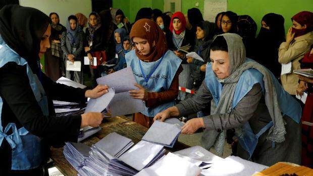 Los trabajadores electorales afganos cuentan las papeletas tras las elecciones parlamentarias en una mesa electoral en Kabul, Afganistán, el 21 de octubre de 2018.
