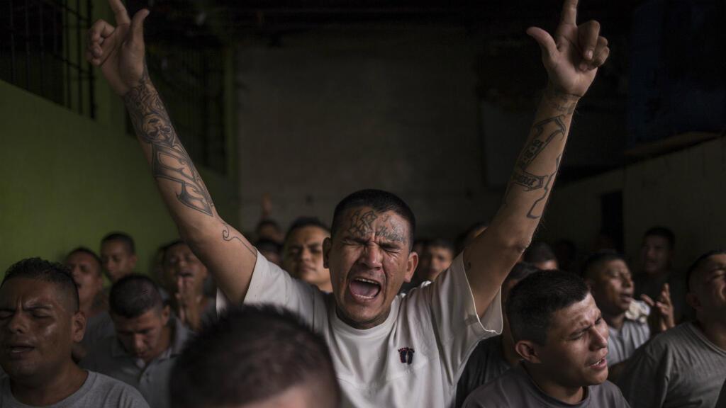 Algunos de los presos más violentos y sanguinarios de El Salvador cantan, alaban e invocan estruendosamente a Cristo mientras leen la Biblia en el patio de San Francisco Gotera en Morarán, El Salvador, el 28 de enero de 2019.