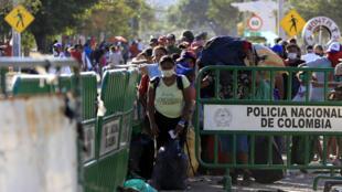 Migrantes venezolanos que intentaban entrar a Venezuela fueron trasladados desde el Puente Simón Bolívar hasta el Puente de Tienditas en Cúcuta, Colombia, el 14 de junio de 2020.