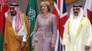رئيسة الوزراء البريطانية تتوسط العاهل السعودي (يسار) والعاهل البحريني بالمنامة في 7 ديسمبر 2016