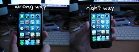 """L'image de gauche montre la mauvaise qualité de reception (chute du nombre de barre en haut à gauche du téléphone) lorsqu'on tient """"mal"""" l'iPhone 4."""