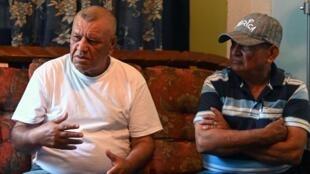 L'ex-sergent hondurien Bernabe Villeda et l'ancien président péruvien Victor Manuel Toledo (à droite), lors d'un entretien à Nueva Ocotepeque le 5 juillet 2019.