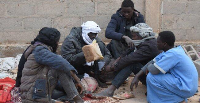 لاجئون سودانيون يقبعون ليلا ونهارا أمام ملحق مبنى المديرية الجهوية للأحوال المدنية بمدينة اغاديز صورة للصحفي مهدي شبيل