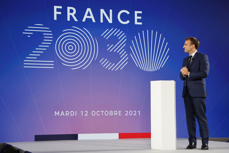 """الرئيس الفرنسي إيمانويل ماكرون يعرض خطته الاستثمارية """"فرنسا 2030"""" في قصر الإليزيه في باريس في 12 تشرين الأول/أكتوبر 2021"""