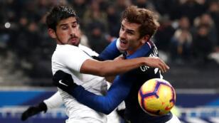 Antoine Griezmann au duel avec Bruno Mendez, mardi 20 novembre 2018.