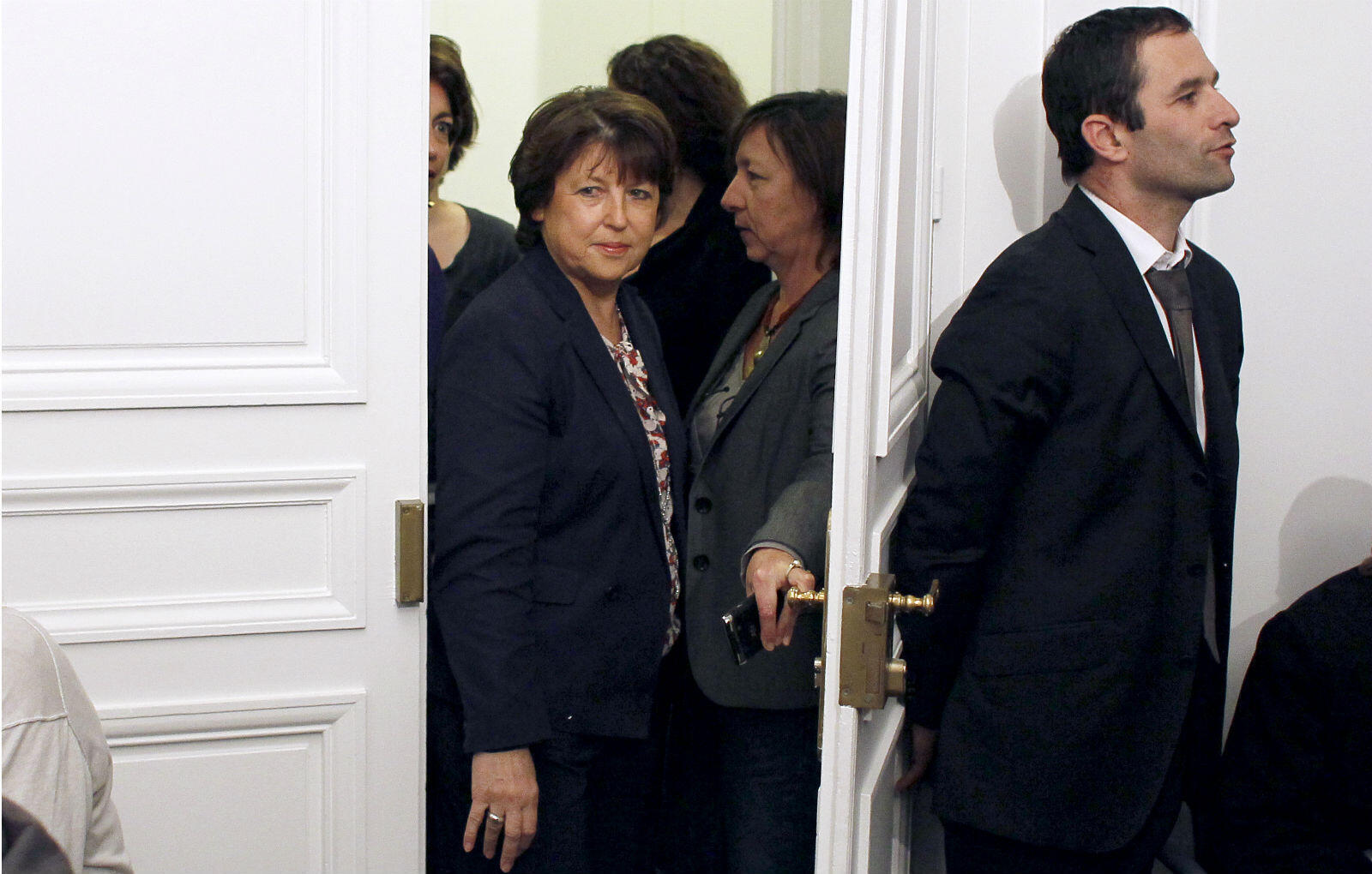 """Il reprend ensuite la tête du courant """"Un Monde d'Avance"""" et devient porte-parole du PS de 2008 à 2012. On le voit ici en 2010 attendre la secrétaire nationale du PS de l'époque, Martine Aubry."""