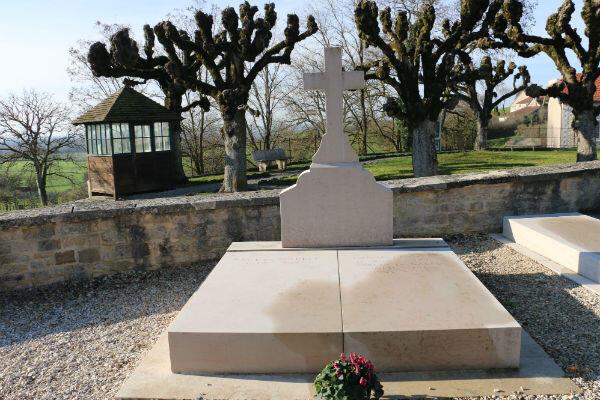 La tombe de Charles de Gaulle à Colombey-les-deux-Églises. Derrière, une petite guérite dans laquelle un gendarme est chargé de surveiller le caveau familial.
