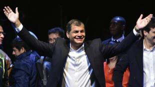 Rafael Correa affirme que la monnaie électronique Sistema de Dinero Electronico introduira davantage de justice sociale.