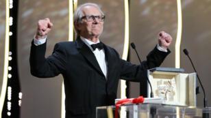 Le réalisateur britannique Ken Loach prononce son discours après avoir reçu la Palme d'or du Festival de Cannes 2016, lors de la cérémonie de clôture, le 22 mai 2016.