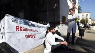 مشهد من اعتصام نفذه الأطباء المقيمون في حرم مستشفى مصطفى باشا بوسط العاصمة الجزائرية، 23 ك2/يناير 2018