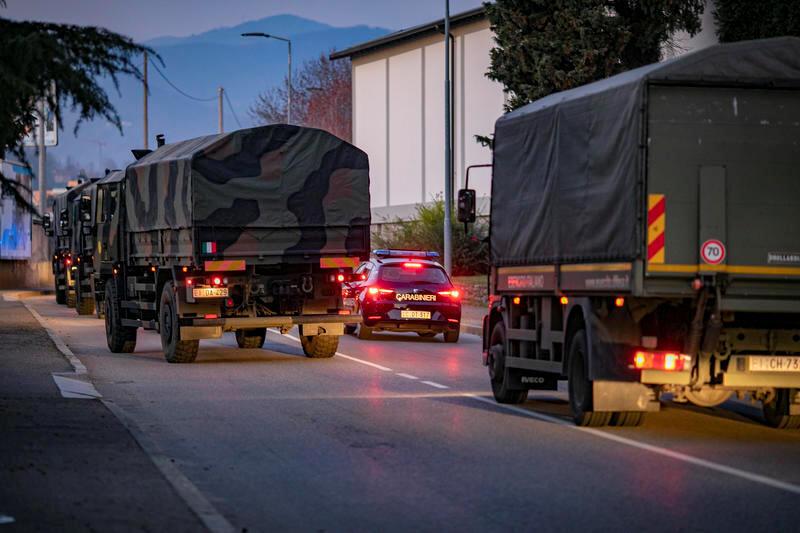 Camiones militares conducen por las calles de Bérgamo después de que el ejército se desplegara para mover ataúdes de la ciudad a las provincias vecinas después de que los servicios funerarios se abrumaran, en Bérgamo, Italia, el 18 de marzo de 2020.