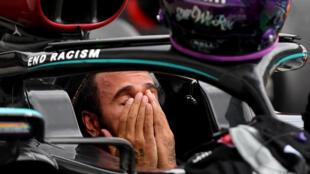 البريطاني لويس هاميلتون سائق مرسيدس بعد فوزه بسباق جائزة المجر الكبرى ضمن بطولة العالم للفورمولا واحد في 19 تموز/يوليو 2020.