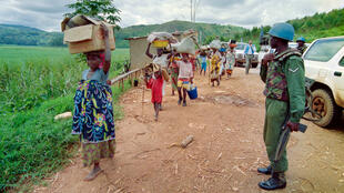 لاجئون روانديون يفرون من المعارك في كينغالي في 11 مايو 1994