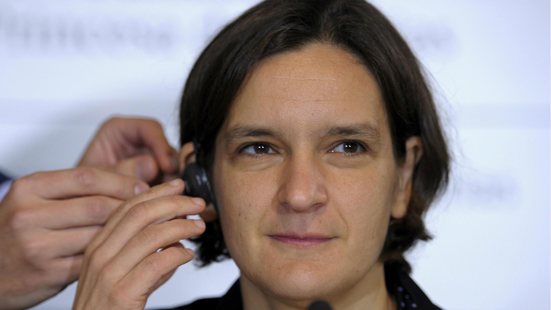 La economista francesa Esther Duflo se pone un auricular antes de una conferencia de prensa en Oviedo, el 22 de octubre de 2015.