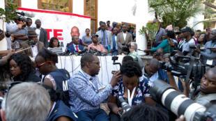 Nelson Chamisa prenant la parole devant la presse vendredi dans un hôtel d'Harare.