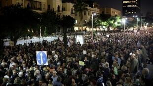 إسرائيليون يشاركون في مسيرة في تل أبيب ضد الفساد داخل الحكومة.