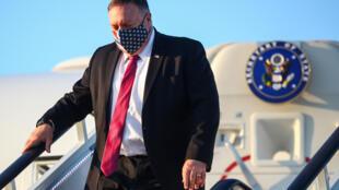 El secretario de Estado estadounidense, Mike Pompeo, desciende de su avión a su llegada a Londres el 20 de julio de 2020