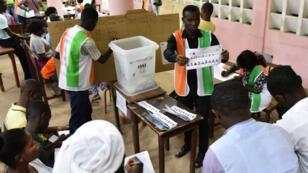 Des membres de la commission électorale indépendante procèdent au dépouillement des bulletins de vote, le 18 novembre 2016, à Abidjan.
