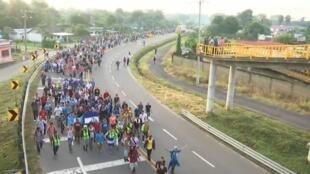 Migrantes marchan hacia el norte tras dejar Ciudad Hidalgo, México, el 21 de octubre de 2018.