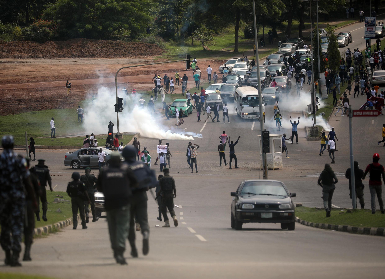 La police nigériane tire des gaz lacrymogènes sur les manifestants, sur l'autoroute Abuja-Keffi, à Abuja, le 19 octobre 2020.