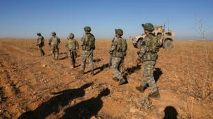 Soldados turcos y estadounidenses realizan la primera patrulla conjunta fuera de Manbij, Siria, el 1 de noviembre de 2018. Fotografía tomada el 1 de noviembre de 2018.