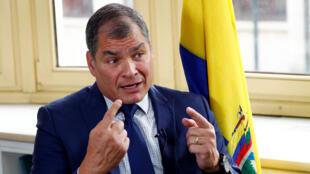 El expresidente de Ecuador Rafael Correa habla durante una entrevista con Reuters en Bruselas, Bélgica, el 8 de octubre de 2019.