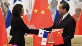 La vice-présidente et ministre des Affaires étrangères du Panama, Isabel de Saint Malo, à Pékin, aux côtés de son homologue chinois pour formaliser le début des relations diplomatiques entre le Panama et la Chine.