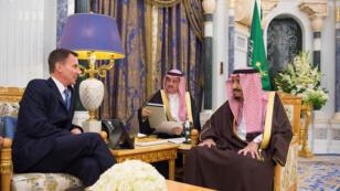 Jeremy Hunt, secretario de relaciones exteriores británico, se reunió con el rey Salman bin Abdulaziz Al Saud, el lunes 12 de noviembre en Riad, Arabia Saudita.