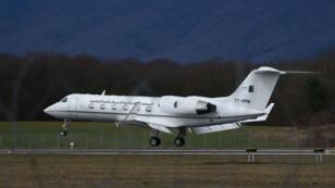 الطائرة الجزائرية لدى مغادرتها مطار جنيف