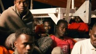 """صورة وزعتها منظمة """"ميسيون لايف لاين"""" الألمانية غير الحكومية في 25 حزيران/يونيو 2018 تظهر مهاجرين على متن سفينة """"لايف لاين"""" قبالة سواحل مالطا"""
