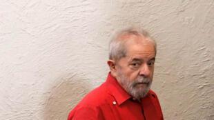 L'ex-président brésilien Lula purge une peine de 12 ans et un mois de réclusion pour corruption et blanchiment.
