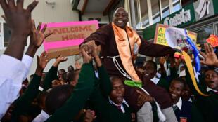 Peter Mokaya Tabichi (arriba), ganador del premio Global Teacher's Prize, es recibido por sus estudiantes el 27 de marzo de 2019 a su llegada al Aeropuerto Jomo Kenyatta de Nairobi desde Dubai.. Derrotó a los finalistas seleccionados de entre 10,000 nominados y solicitudes de 179 países alrededor del mundo.