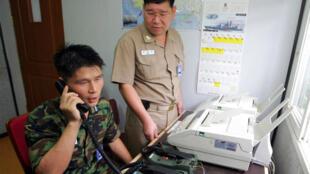 Un militaire sud-coréen en liaison téléphonique avec un officier nord-coréen, le 10 août 2005.
