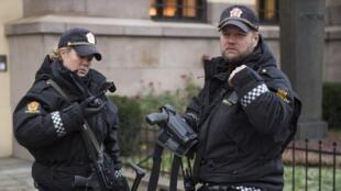 Des policiers norvégiens en faction devant l'institut Nobel d'Oslo, en décembre 2014.