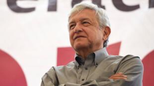 Andrés Manuel López Obrador, precandidato presidencial del Movimiento Nacional de Regeneración (MORENA), observa durante un mitin en Medellín, en las afueras de Veracruz México el 18 de enero de 2018.
