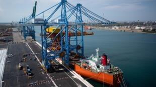 Un des nouveaux portiques géants arrivés cette semaine pour équiper le port de Marseille, le 23 juillet 2020, à Marseille